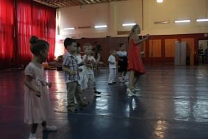 младшие танцуют