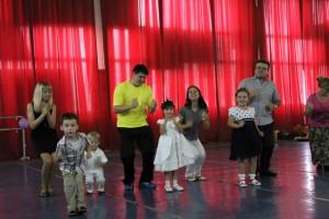дети танцуют с родителями